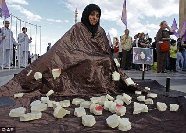 عکس بالا از زمان و مکان دیگری است. عکس مقاله در بارۀ  سنگسار داعش را در متن انگلیسی ببینید