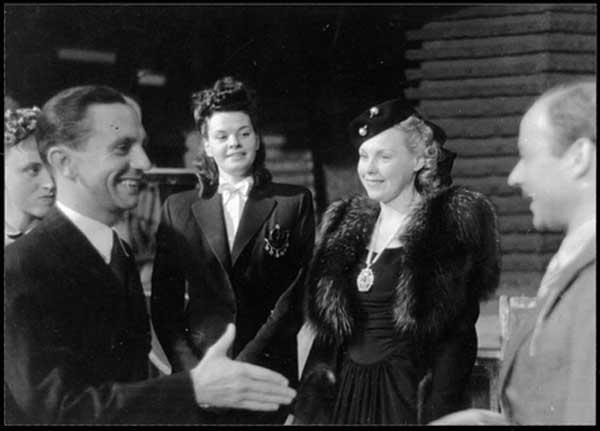 دیدار گوبلز وزیر تبلیغات هیتلر در دیدار با هنرپیشگان محبوب دیکتاتور، سمت راست هاینس رورمان که گوبلز در ۱۹۳۷ پس از یک مهمانی در دفترچه یادداشتش او را چنین توصیف کرد: «جوانی خوب، شوخ طبع و دوست داشتنی» (اشپیگل آنلاین)